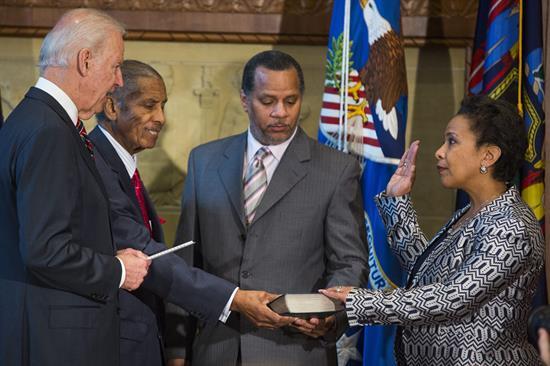 Lynch jura como fiscal general y promete mejor relación de Policía y minorías