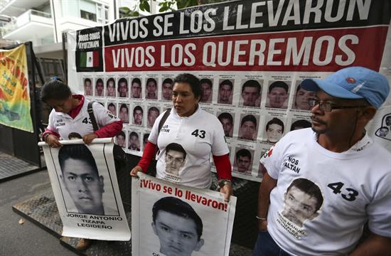 Peña Nieto acepta reunión con padres de los 43