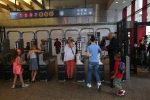 Cada día más de 208,000 pasajeros se 'cuelan' en el Subway sin pagar