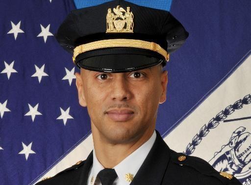 Latino de alto rango sale de oficina de prensa del NYPD