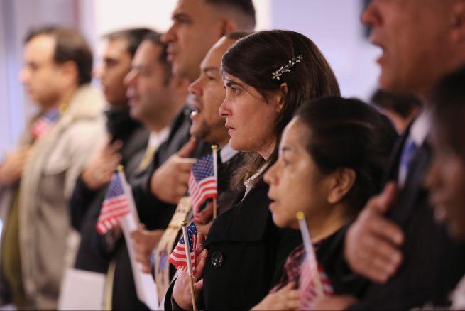 Desde el año 1989, el costo para aplicar a la ciudadanía por medio de los Servicios de Ciudadanía e Inmigración (USCIS) ha aumentado de $60 a $680. /ARCHIVO