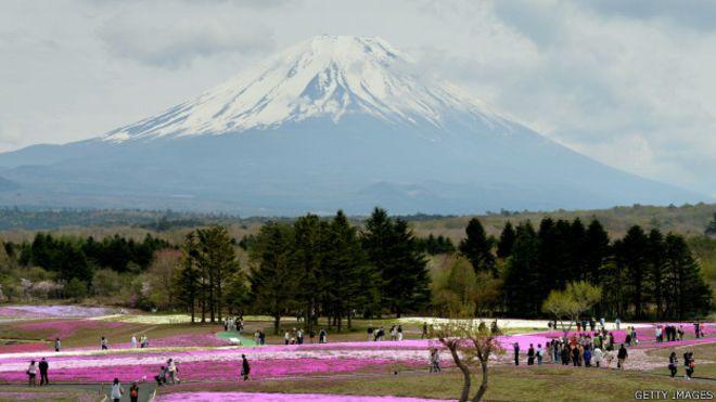 El monte Fuji, en la isla de Honshu Island, está a unos 100 kilómetros al suroeste de Tokio y es la montaña más alta de Japón. Su última erupción fue en 1707-1708.