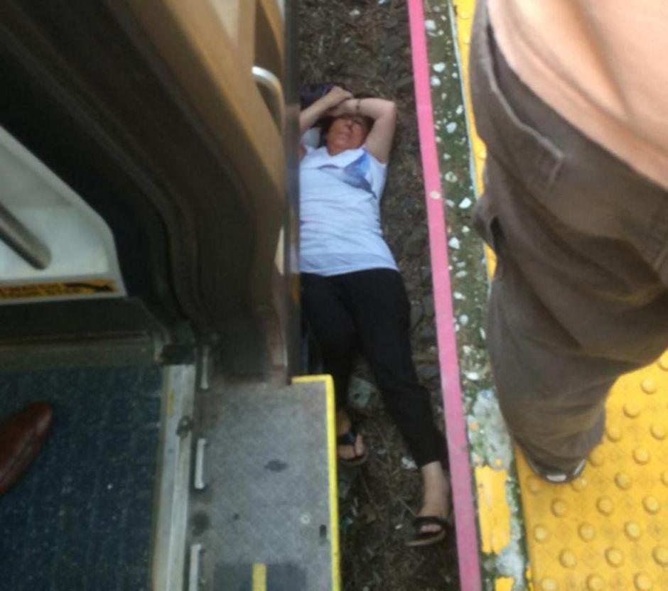 Mujer queda atrapada debajo de tren del LIRR