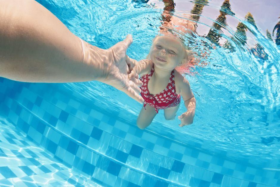 Este sábado cierra plazo para clases gratis de natación bajo techo en parques de NYC