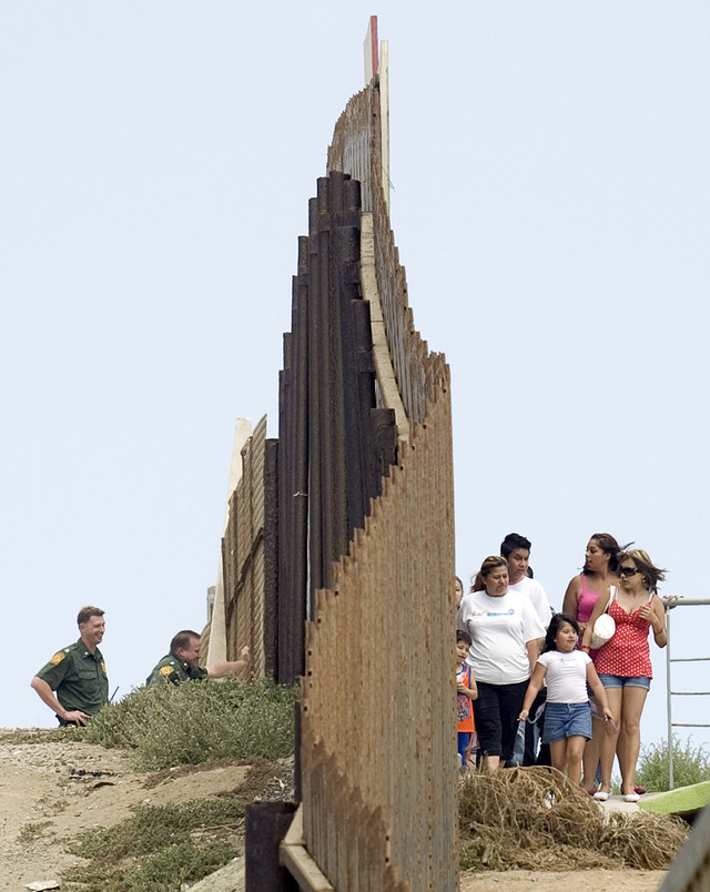 Bajan arrestos de inmigrantes en la frontera