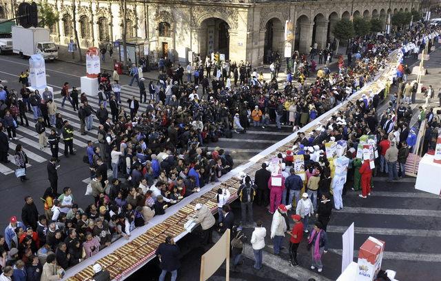 Disfrutan  gigantesca rosca de Reyes
