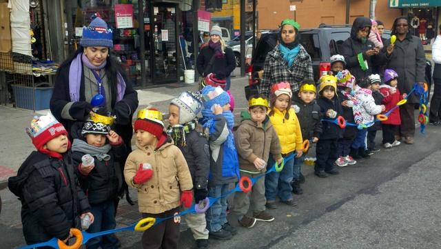 Alegría en El Barrio en desfile de los Reyes Magos