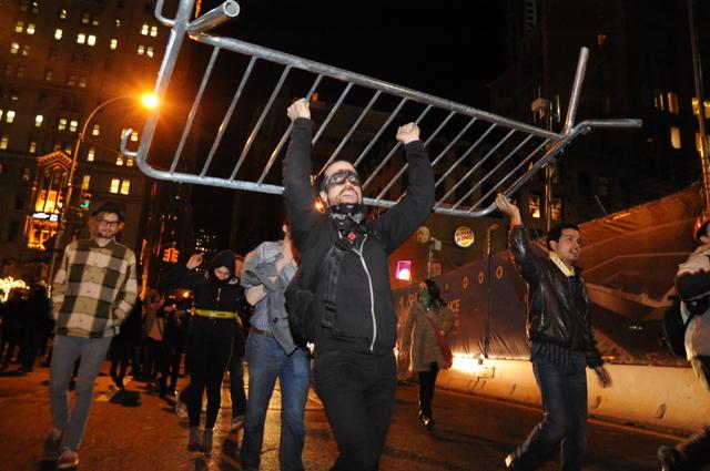 Se oponen a barricadas en parque
