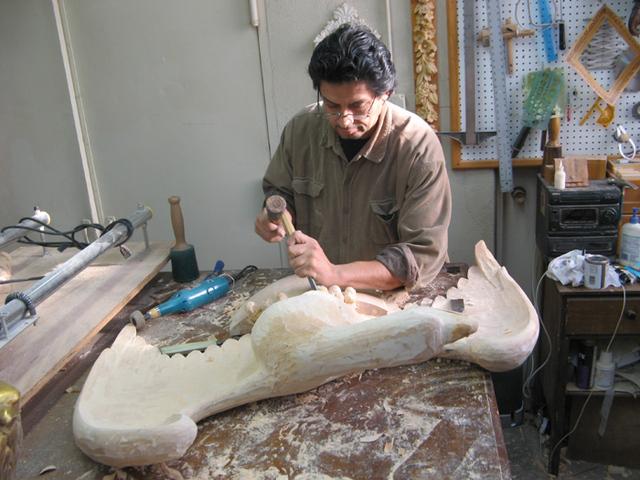 Artistas latinos tallan histórico marco en el MET