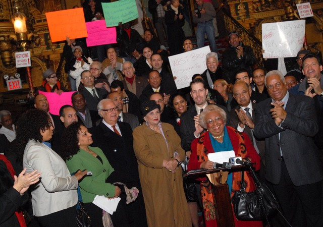 La activista María Luna (centro), rodeada de líderes comunitarios y políticos, exigieron ayer la creación de un nuevo distrito congresional hispano en la ciudad de Nueva York.