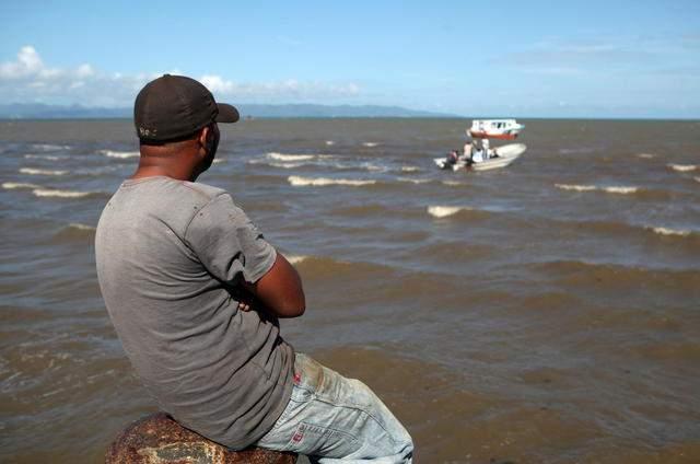 Las autoridades suspendieron el operativo de rescate al naufragio de una frágil embarcación ocurrido la madrugada del sábado en Dominicana.