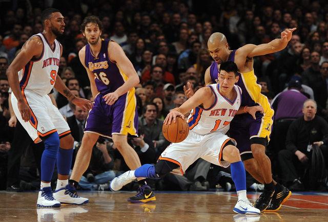 El jugador Jeremy Lin (2-d) de New York Knicks controla el balón junto al defensa Derek Fisher (d) de Los Angeles Lakers el viernes en el Madison Square Garden en Nueva York.