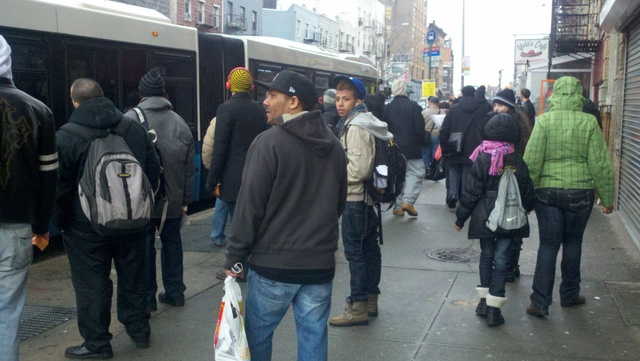 Usuarios del tren L esperaban ansiosos por los buses que los transportarían a su destino.