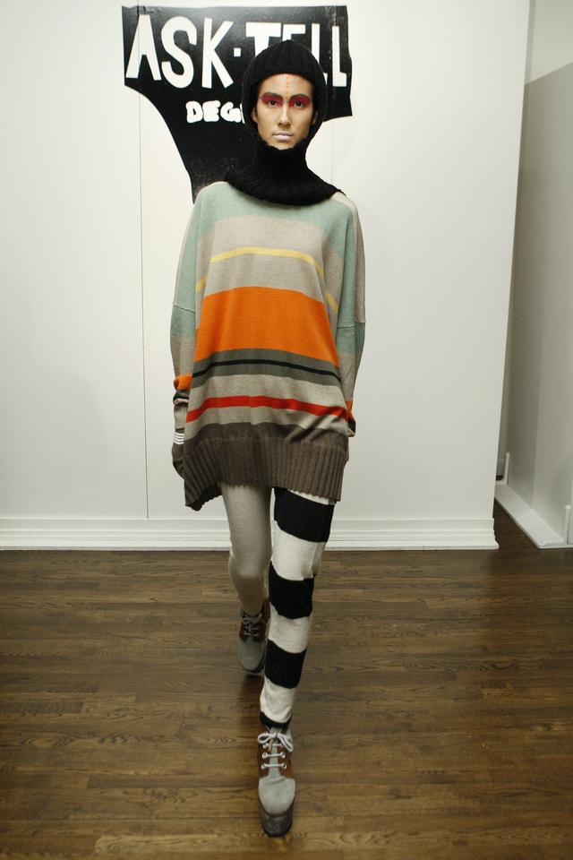 """""""La talla de esta suéter se 3X: tres veces de fea. Me emocioné tanto cuando vi esta combinación que lo primero que sentí fue dolor de estómago. Lo que me alegra es saber que no hubo suficiente tela para terminar ese pantalón""""."""