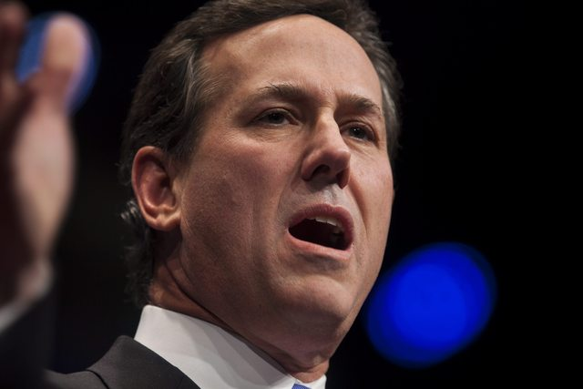 El precandidato presidencial republicano Rick Santorum se colocó por primera vez en las encuestas entre miembros de su partido.