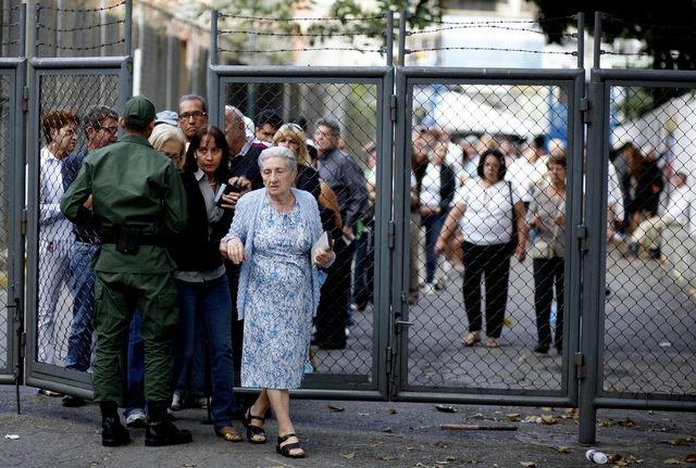 Venezolanos ingresan  en Caracas a un centro de votación para las elecciones primarias de la oposición venezolana que se celebran con normalidad.