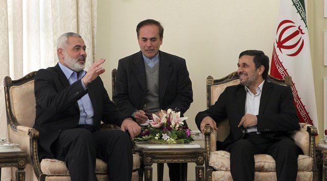 El presidente iraní, Mahmud Ahmadineyad (dcha), conversa con el jefe del gobierno de Hamás en Gaza, Ismail Haniye (dcha),  en Teherán.