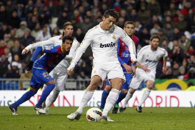 El portugués Cristiano Ronaldo marca de penal el empate transitorio del Real ante Levante, que al final terminaría siendo goleado por 4-2.