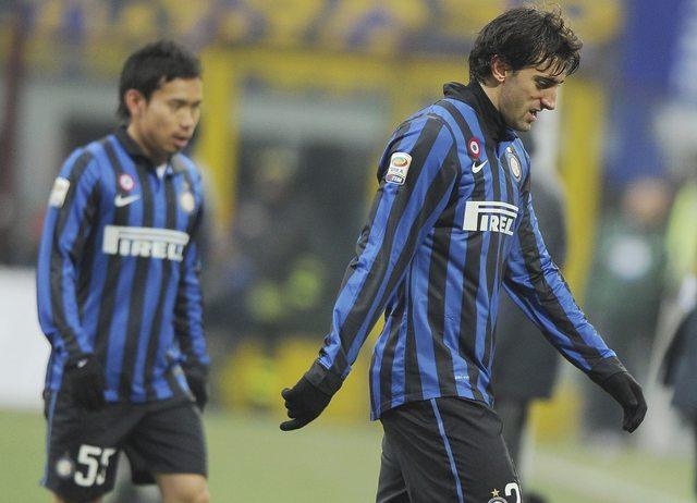 El argentino Diego Milito del Inter de Milán sale cabizbajo tras la derrota 1-0 ante el Novara.