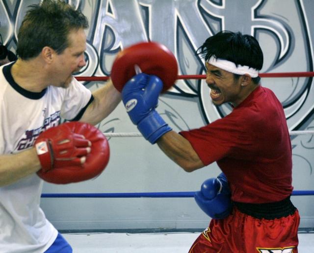 El filipino Manny Pacquiao (der.), entrena con su ayudante, Freddie Roach.