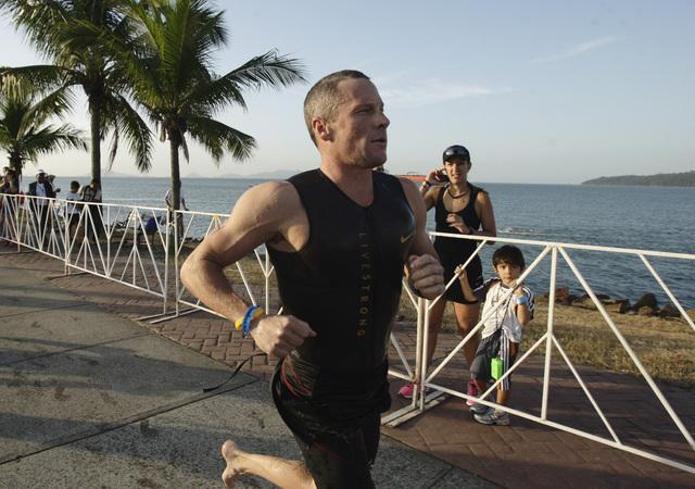 Lance Armstrong en acción durante la etapa pedestre del evento en Panamá.