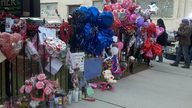 Fanáticos de Withney Houston continúan rindiéndole tributo y mostrando su pesar por la muerte de la cantante y han levantado un memorian en la iglesia .