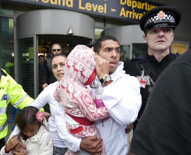 El argentino Carlos Tevez junto con su familia a su llegada al aeropuerto de  Manchester, Inglaterra.