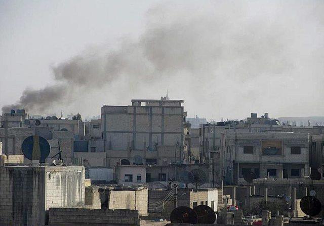 Sale humo de algunos edificios del barrio de Bab Amr, en Homs bombardeado por  tropas del régimen sirio.