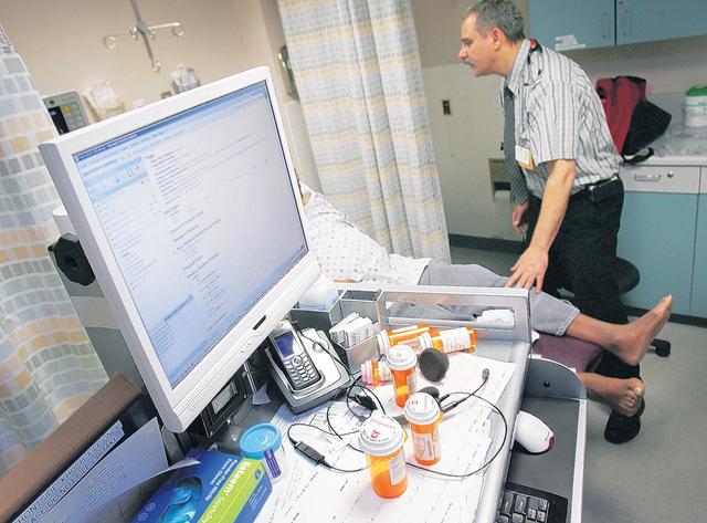 El tratamiento para los adictos a opioides en cada clínica será dirigido por un médico que ha recibido una capacitación especial.
