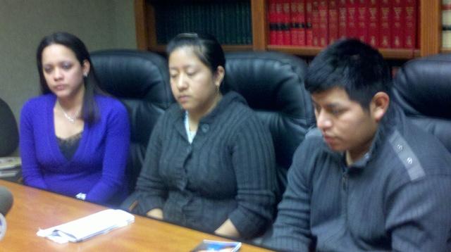 Desde la izquierda: Farah Torres, acompaña a los padres del pequeño Juan Fernando, Antonia y José Quiej.