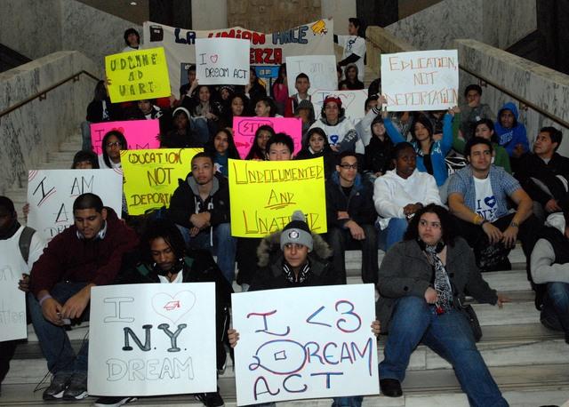 Estudiantes realizaron ayer una protesta en las escalinatas de la asamblea.