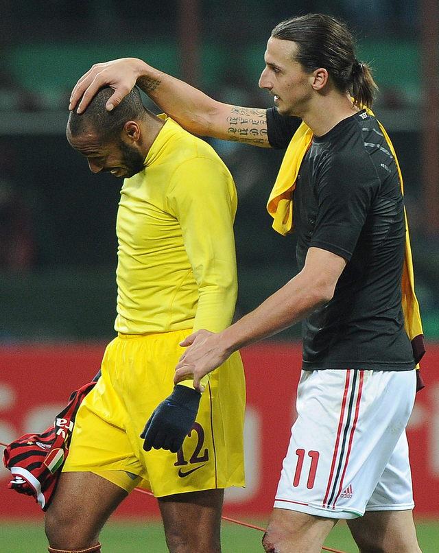 El sueco Zlatan Ibrahimovic (der.) consuela al francés Thierry Henry (izq.) quien disputaba con Arsenal su último juego antes de regresar a los Red Bulls de NY.