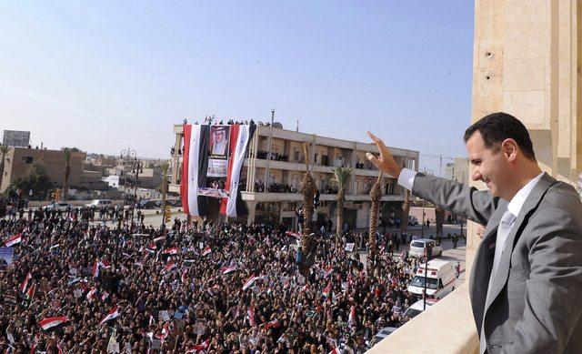 El presiente sirio Bashar al-Assad dirigiéndose a la población el pasado 6 de noviembre, de acuerdo con una foto distribuída ayer por el gobierno.
