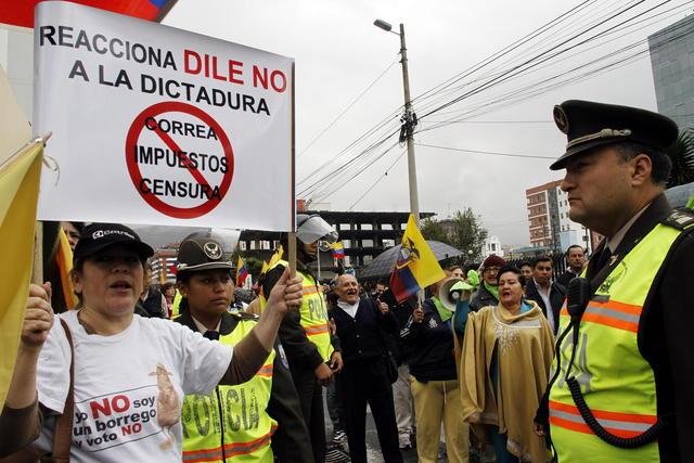 Opositores al Gobierno de  Rafael Correa, se manifiestan a las afueras de la Corte Suprema de Justicia en Quito.