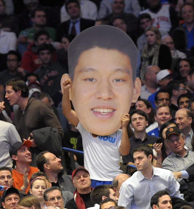 Un fanático sostiene una imagen de Lin durante el juego del miércoles ante los Kings.