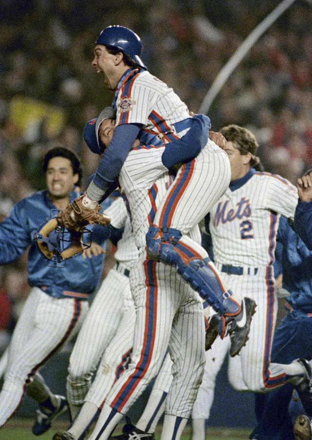 Gary Carter es alzado en brazos al ganar los Mets la Serie Mundial de 1986.