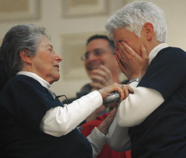Una pareja llora de emoción ayer al aprobarse en la Asamblea Legislativa de Trenton los matrimonios gay en Nueva Jersey.