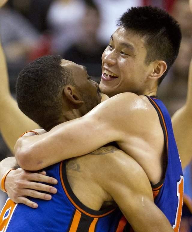 Jeremy Lin (derecha), y los juegos de palabras con su apellido, siguen en boca de todos.