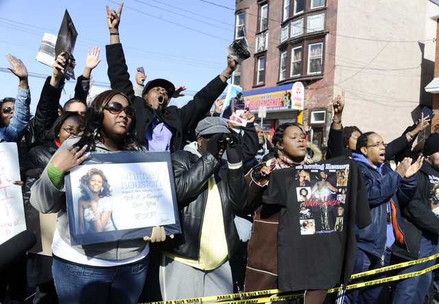Fanáticos  de Whitney Houston cantaron en las afueras de la iglesia bautista New Hope en Newark, donde se dio el último adiós a la diva del soul.