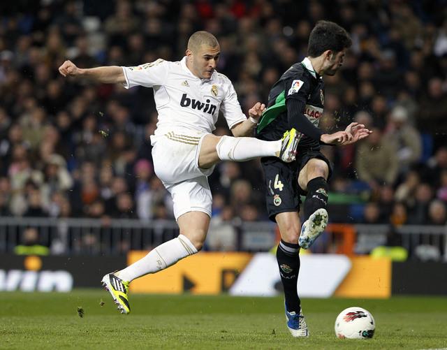 El francés Karim Benzema (izq.), de Real Madrid, en disputa con Alvaro González, del Racing Santander.