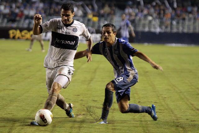 Marcos Mondaini (der.), del Emele, marca a Francisco Nájera  del Olimpia, durante un duelo de la Libertadores.