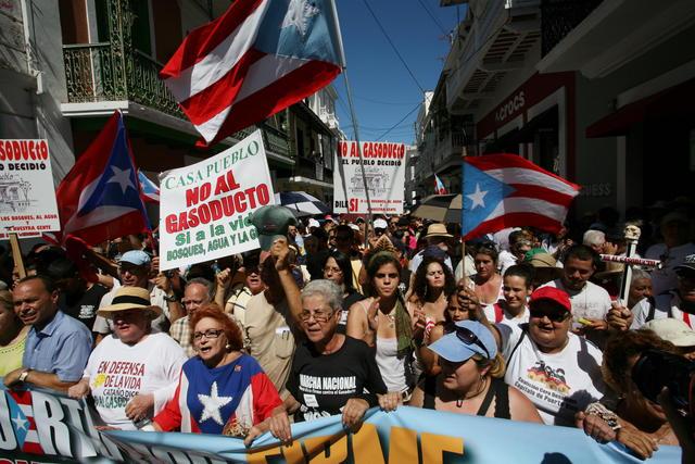 Cientos de personas  protestaron  contra el gasoducto que planea construir el Ejecutivo de Luis Fortuño.