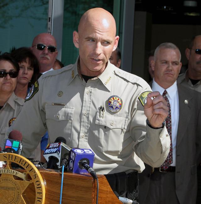 El comisario Paul Babeu negó haber amenazado a un inmigrante con quien sostuvo una relación sentimental.