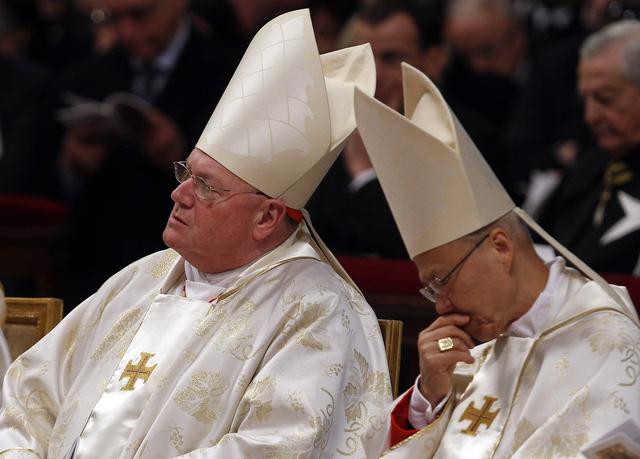 El recién elegido Cardenal de Nueva York Timothy Michael Dolan (izq.)  junto a su  colega, el Cardenal John Tong Hon, de Hong Kong, durante la misa de ayer en Roma.