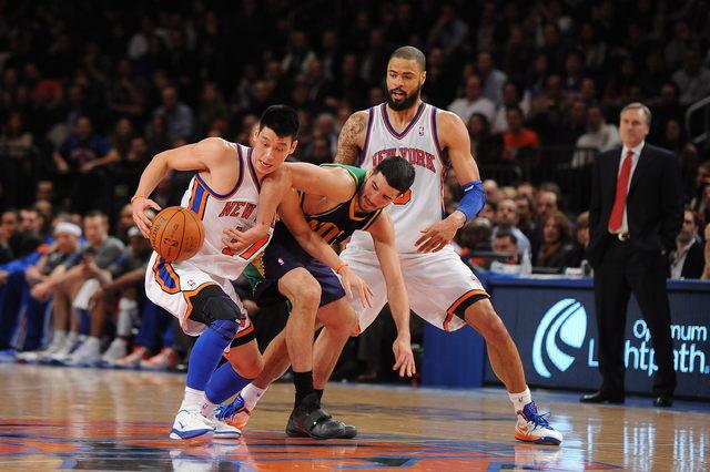 Jeremy Lin (izq.), en acción con el balón durante uno de los partidos con los Knicks.