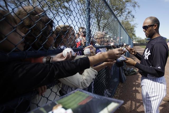 El cerrador Mariano Rivera, aparece firmando autógrafos, a su llegada ayer al campo de entrenamiento de los Yankees, en Tampa.