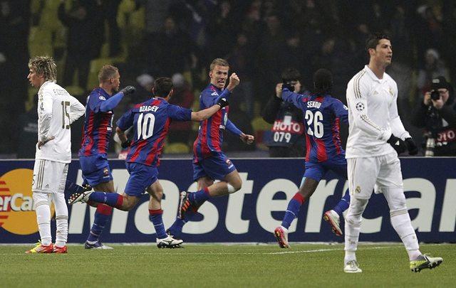 Pontus Wernbloom (c), del CSKA Moscú, celebra ante los jugadores del Real Madrid Fabio Coentrao (i) y Cristiano Ronaldo (d) tras gestar ayer el empate.
