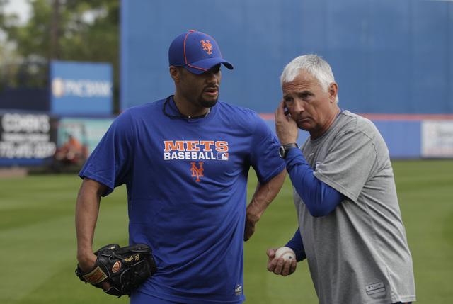 El piloto Terry Collins (der.) dijo que los Mets quedarían satisfechos si Johan Santana (izq.)  aporta entre 25 y 28 aperturas.