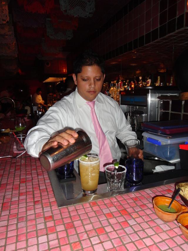 Ulises Mendoza prepara cientos de margaritas a diario.