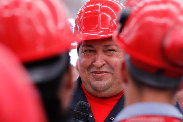 El presidente, Hugo Chávez (c), durante una visita a una fábrica de vehículos pesados en Barinas, Venezuela.